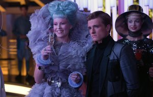 780c20a2-2691-4211-853d-26d9d1d3fdf2_effie-trinket-the-hunger-games-catching-fire-elizabeth-banks-costume-wardrobe-outfit-pictures-4