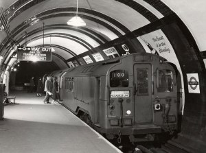 tube-train-at-aldwych1998_87896