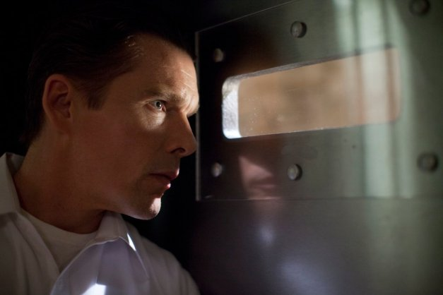 ethan_hawke_in_the_purge_peeping_11