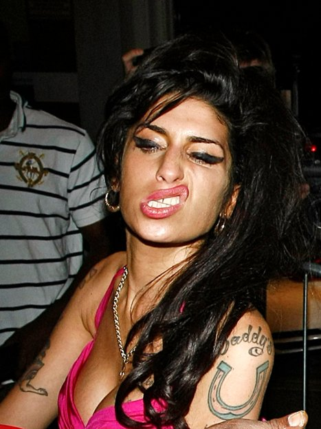 Amy_winehouse_in_pink_top_and