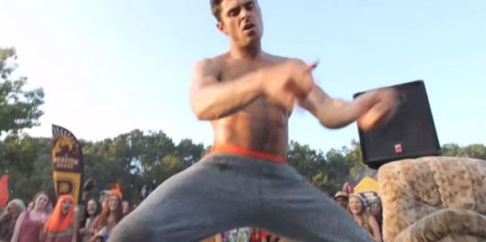 landscape-1460099607-zac-efron-dancing-shirtless