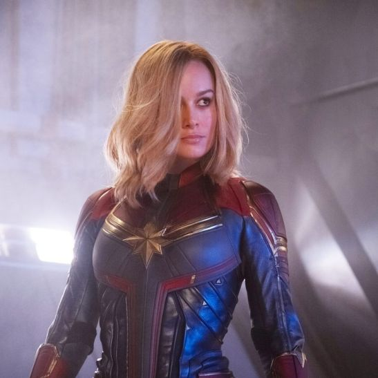 captain-marvel-brie-larson-stand-1551890095