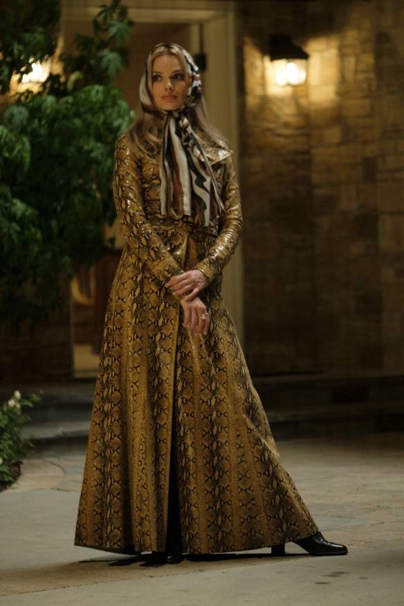 once-upon-a-time-in-hollywood-margot-robbie-sharon-tate-ossie-clark-python-coat